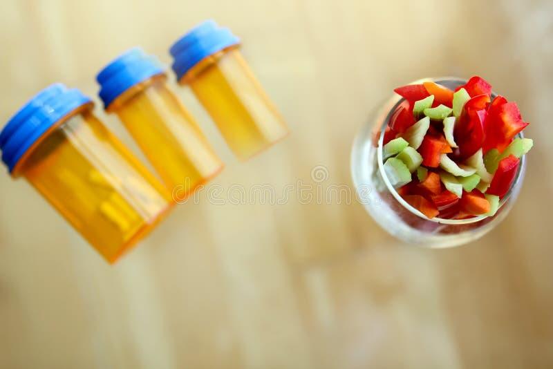 Keus tussen druds, pillen en groenten royalty-vrije stock afbeelding