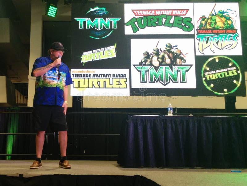 Kevin Eastman, creatore di Ninja mutante adolescente Turtles, sul palco alla convenzione immagine stock
