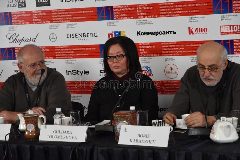 Kevin Sim, Gulbara Tolomushova bij persconferentie stock foto