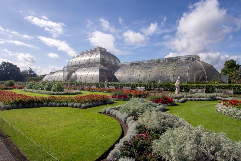 KEW TUINIERT, LONDEN, HET UK 15 SEPTEMBER, 2018: Het Palmhuis bij Kew-Tuinen, Londen, zonnebaadt in de recente zomerzon Het royalty-vrije stock foto