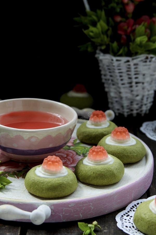 Kex för grönt te med vit choklad och gelé royaltyfri bild