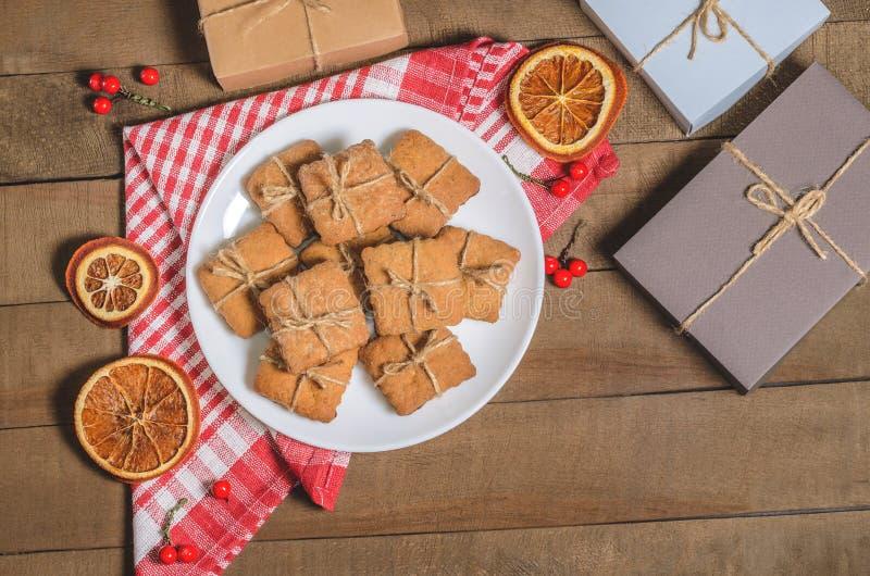 Kex; mjölka och gåvor på en röd servett i juldekor med fritt utrymme royaltyfria foton
