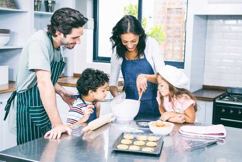kexar som tillsammans lagar mat den lyckliga familjen arkivfoton