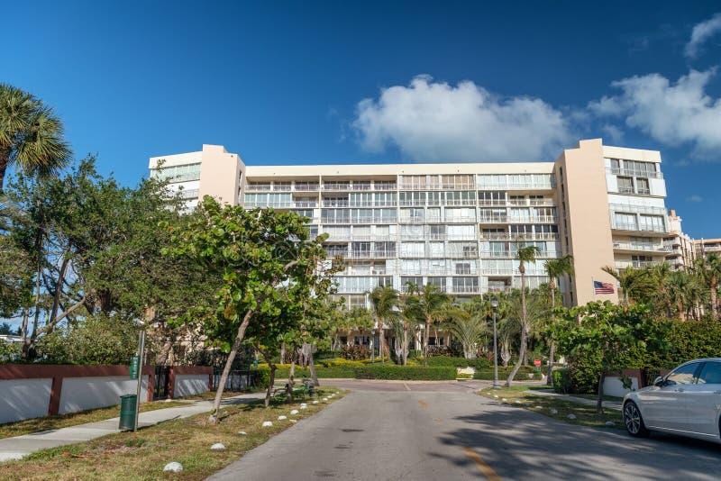 Key Biscayne大厦和大道在一个晴天,迈阿密 免版税库存图片