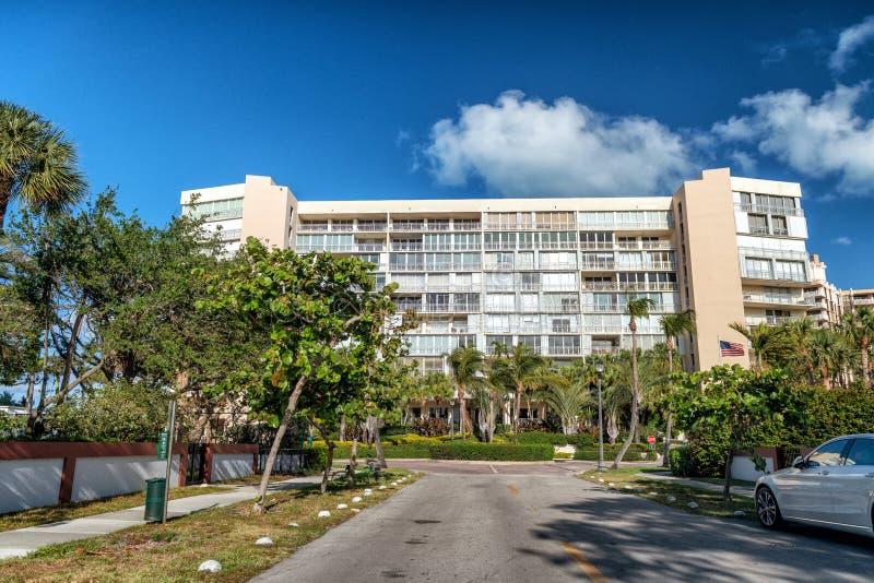 Key Biscayne大厦和大道在一个晴天,迈阿密 库存图片