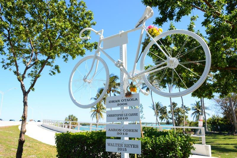KEY BISCAYNE FL, USA - APRIL 17, 2018: I minnet av cyklisten royaltyfri fotografi