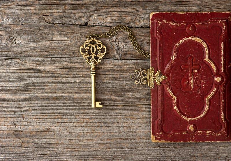 Key och gammalt bibelbokomslag royaltyfria bilder