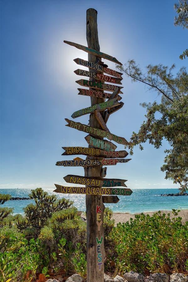 Key West encalha sinais da distância imagem de stock