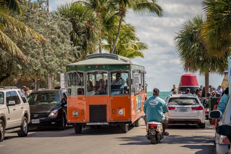 KEY WEST, FL - CIRCA 2016: calles y forma de vida en el círculo de Key West imagenes de archivo