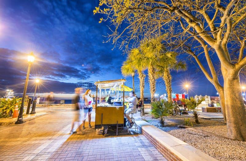 KEY WEST, FL - JANUARI 2016: Toeristen in Mallory Square bij nacht royalty-vrije stock foto's