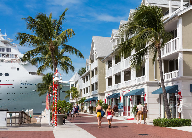 Key West, Florida, USA. Visitors strol by the upmarket boutiques in Key West, Florida, USA with a cruise ship docked behind stock image