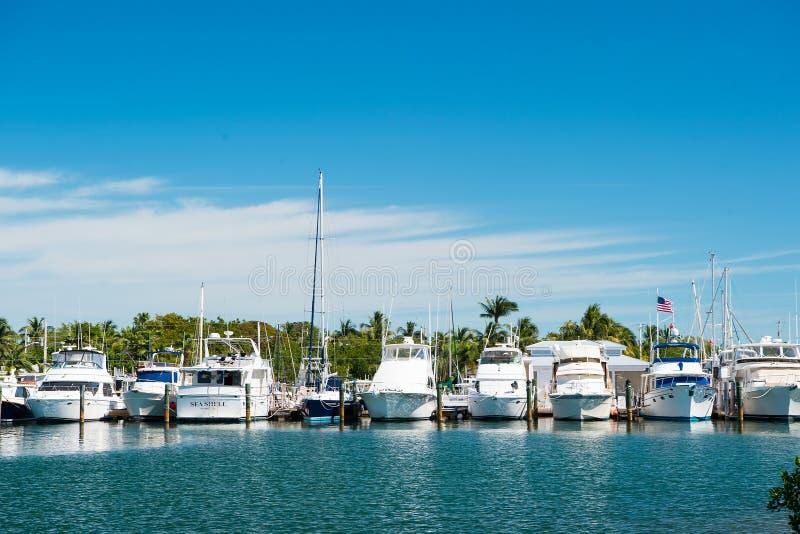 Key West, USA - 8. Februar 2016: Yachten und Segelschiffe machten am Seepier auf sonnigem blauem Himmel fest Segelsport- und Sege lizenzfreies stockfoto