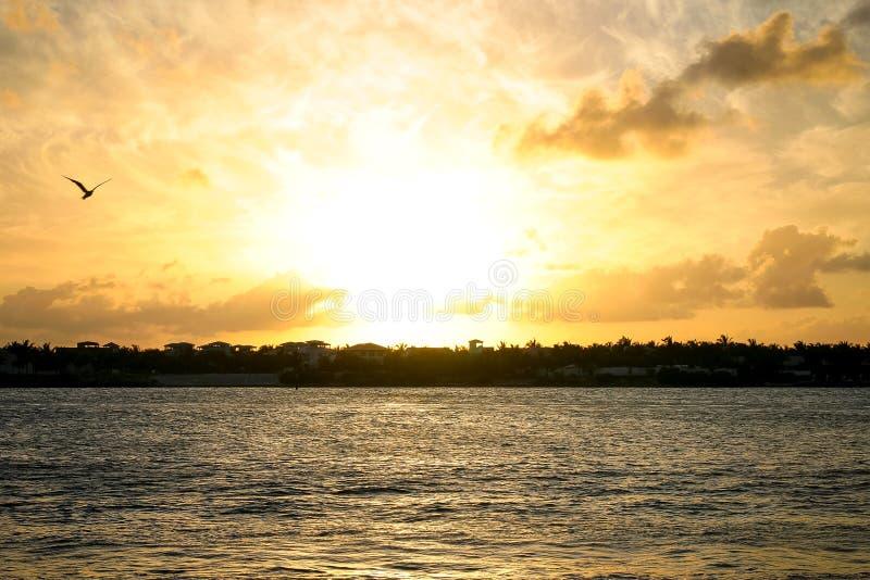 Key West-Zonsondergang over Zonsondergangsleutel stock afbeelding