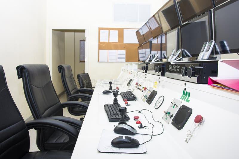Keyboad und Maus auf KontrollpultComputerraum stockfotografie