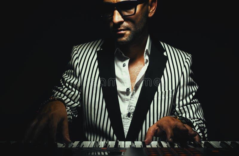 Keyboarder auf Instrument stockbild