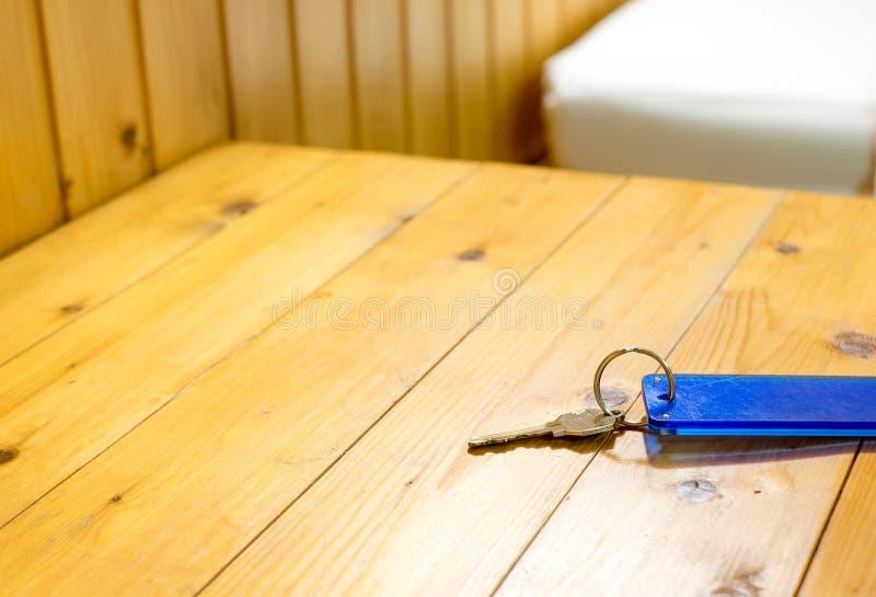 Keychain на деревянном столе в гостинице, космосе разрешения для добавлять ваше te стоковая фотография rf