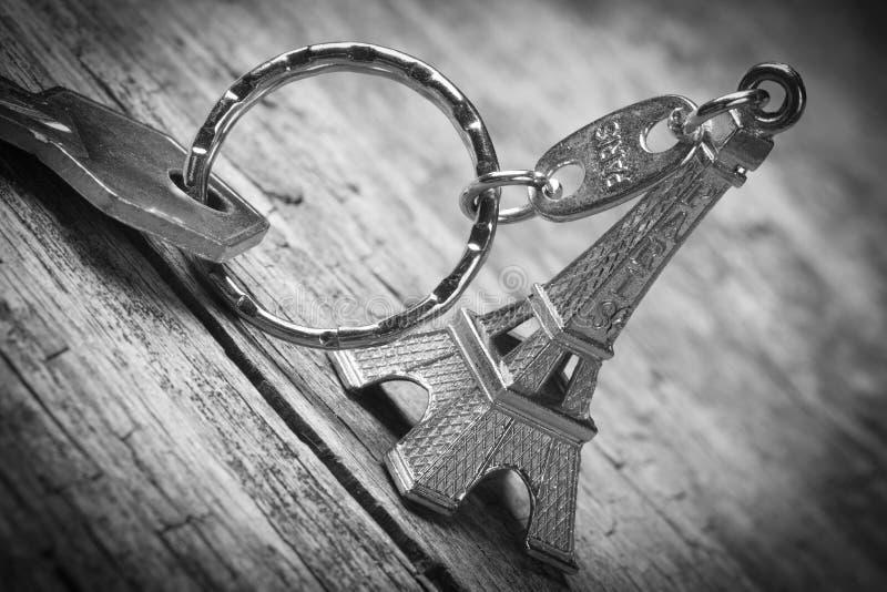 Keychain na forma da torre Eiffel com close up chave. fotografia de stock royalty free