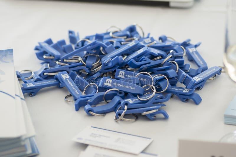KEYCHAINS GEGEVEN OP HET MOBIELE WERELDcongres 2014 stock foto