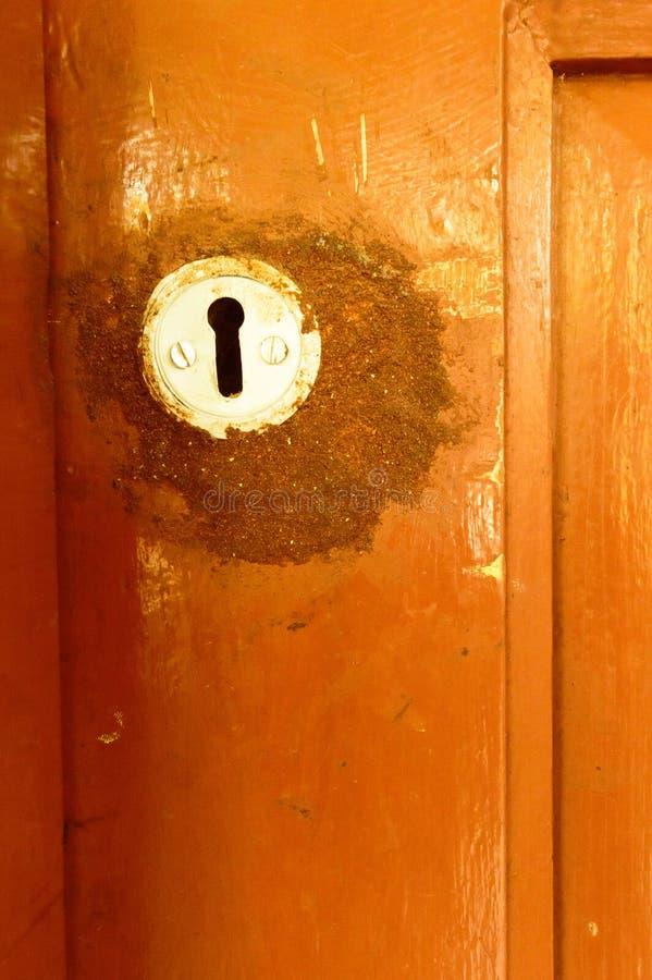 Keyhole двери вида спереди крупного плана внешний старый ржавый грубый коричневый деревянный рамки металла утюга с в grungy стиле стоковое фото