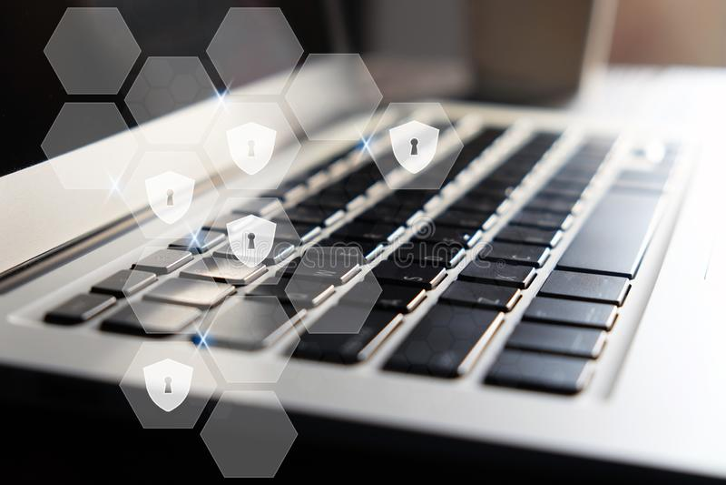 Keyhole w heksagonalnym wirtualnym ekranie na klawiaturowym tle i osłona fotografia royalty free