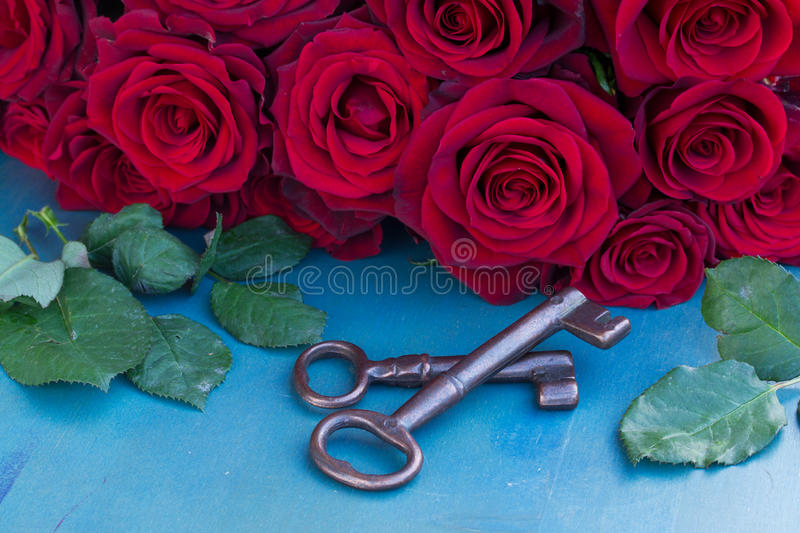Keys With Crimson Roses Royalty Free Stock Photos