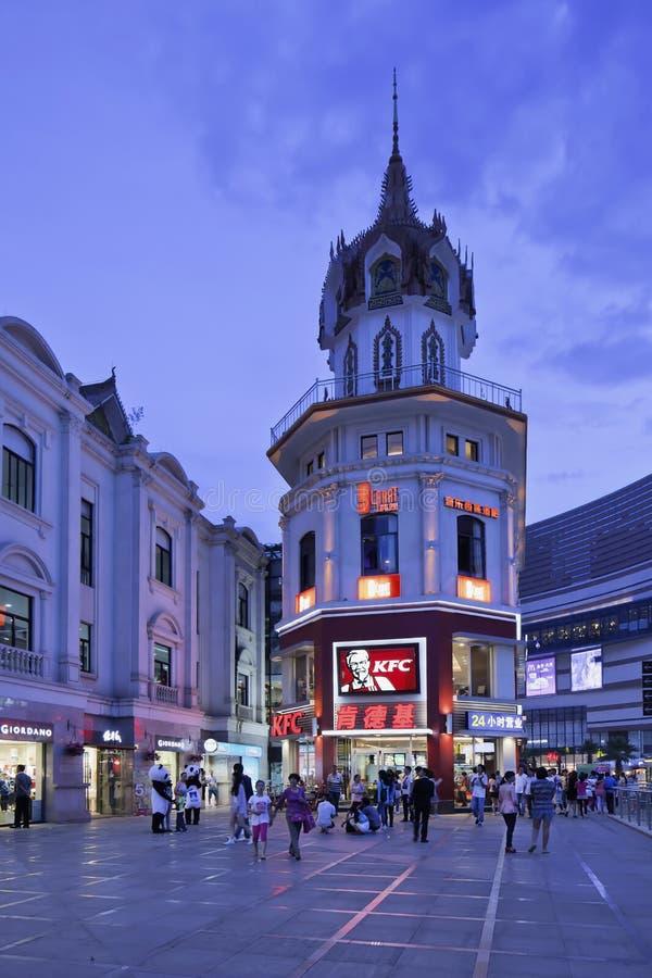 KFC-afzet bij schemering, Kunming, China stock afbeelding