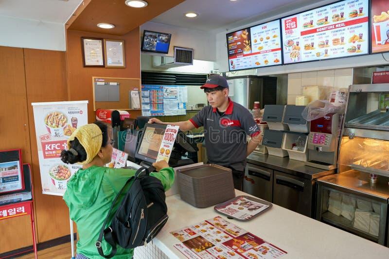 KFC snabbmatrestaurang royaltyfri foto