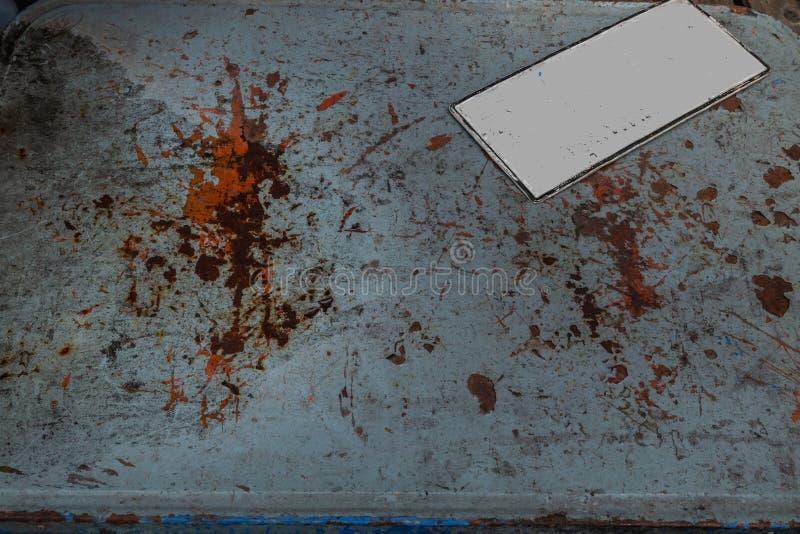 Kfz-Kennzeichen gesetzt auf die alte Eisentabelle lizenzfreie stockfotografie