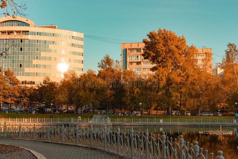 Khabarovsk, Rússia - 27 de setembro de 2018: Lagoas urbanas na queda fotografia de stock royalty free