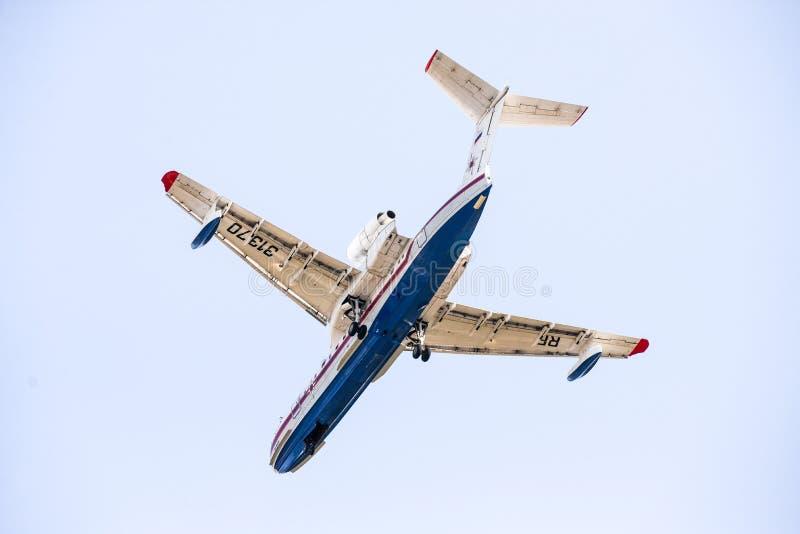 Khabarovsk, Rusland - 03 10 2017: Beriev -200 CHS-Vliegtuigamfibie van het Ministerie van noodsituatiesituaties van Rusland binne stock afbeeldingen