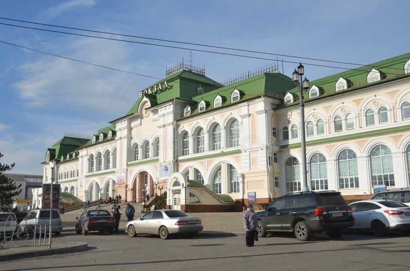 Khabarovsk, Russie, octobre, 5, 2017 Les voitures ont garé près du bâtiment de la gare ferroviaire dans Khabarovsk dans le jour e image libre de droits