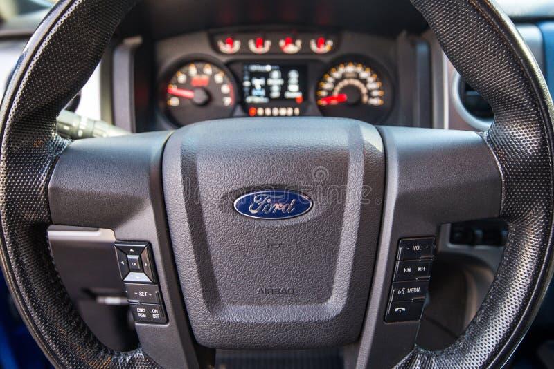 Khabarovsk Ryssland - oktober 20, 2016: Den Ford F150 rovfågeln SUV är på vägen som kör på smuts royaltyfri bild
