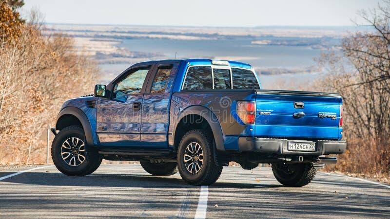 Khabarovsk Ryssland - oktober 20, 2016: Den Ford F150 rovfågeln SUV är på vägen som kör på smuts arkivfoton