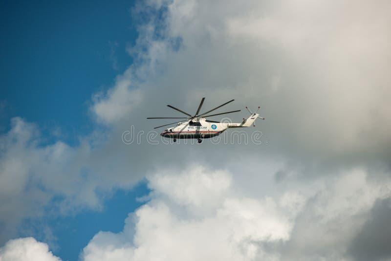 Khabarovsk Ryssland - September 3, 2017: Tung militär transport Mi-26 i flykten i färgerna av EMERCOM av Ryssland royaltyfria foton