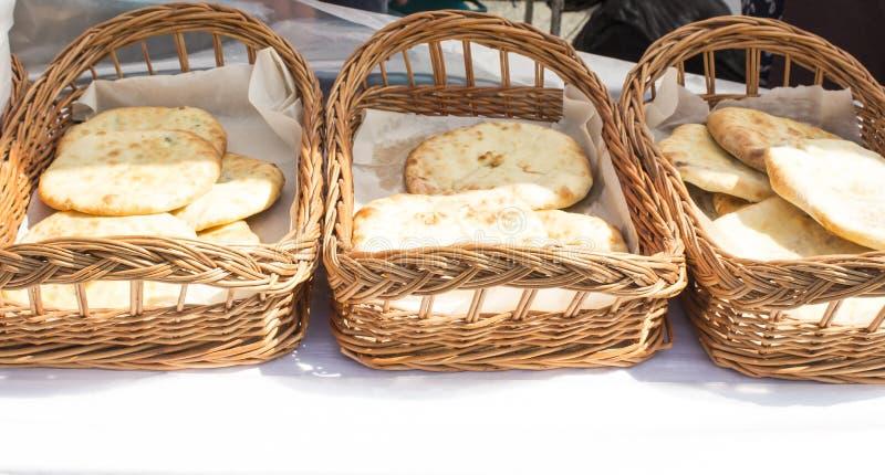 Khachapuri is een recept van Georgische keuken Adzharian Georgische nationale brood van schotelkhachapuri met kaas en kruiden royalty-vrije stock afbeelding