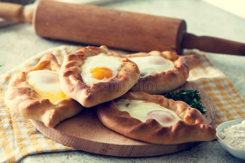 Khachapuri gotował w Adjara z jajkiem Gruzi?ska kuchnia obrazy stock
