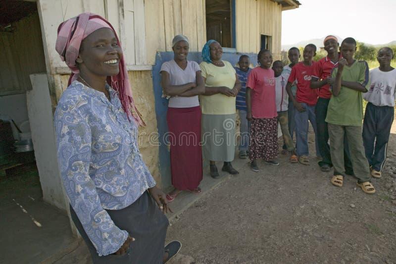 Khadija Rama, estando com um grupo de pessoas, é o fundador de Pepo La Tumaini Jangwani, reabilitação Progr da comunidade de HIV/ fotos de stock