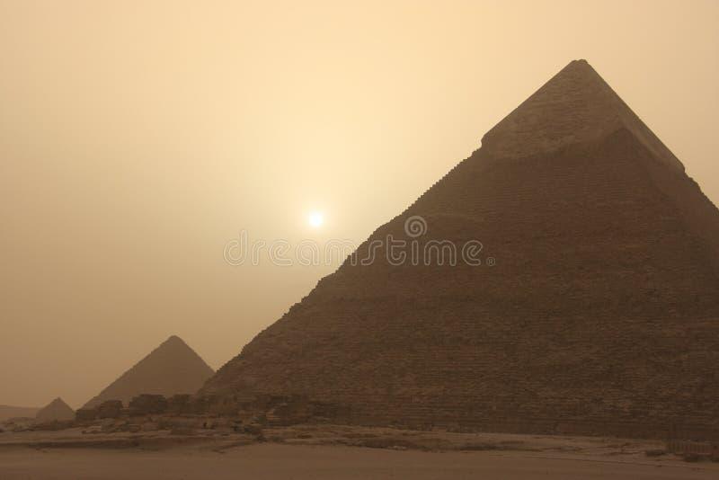 Khafre金字塔在沙尘暴,开罗,埃及的 图库摄影