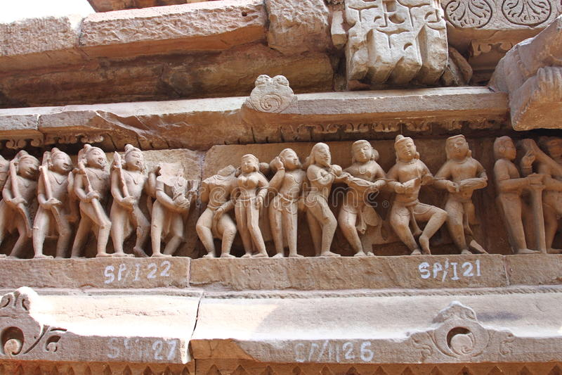 Khajuraho-Tempel und ihre erotischen Skulpturen, Indien lizenzfreies stockbild
