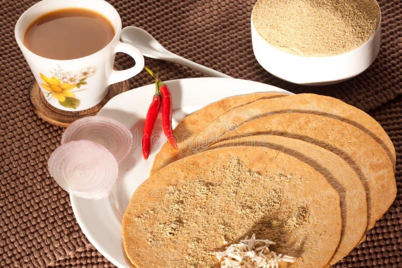 Khakra με το τσάι - ένα πρόχειρο φαγητό gujarati από την Ινδία στοκ φωτογραφία