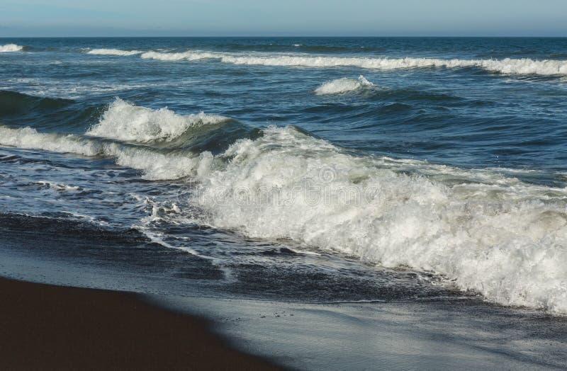 Khalaktyrsky strand med svart sand Stilla havet tvättar den Kamchatka halvön royaltyfri foto