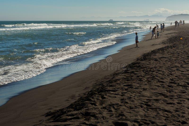 Khalaktyrsky strand med svart sand Stilla havet tvättar den Kamchatka halvön royaltyfri bild