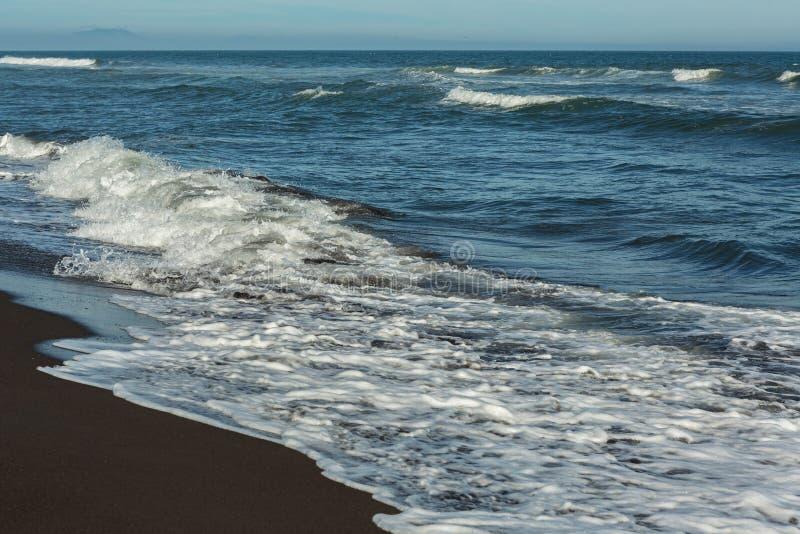 Khalaktyrskystrand met zwart zand De vreedzame Oceaan wast het Schiereiland van Kamchatka royalty-vrije stock fotografie