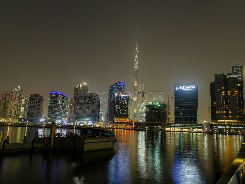 Khalifa Ντουμπάι Burj κάτω από την άποψη πόλης νύχτας στοκ φωτογραφία με δικαίωμα ελεύθερης χρήσης