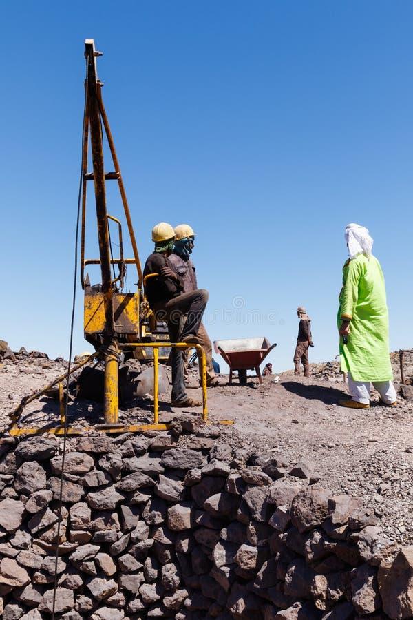 KHAMLIA, MAROC : Mineurs travaillant dans le mien à ciel ouvert près du désert du Sahara, Maroc images stock
