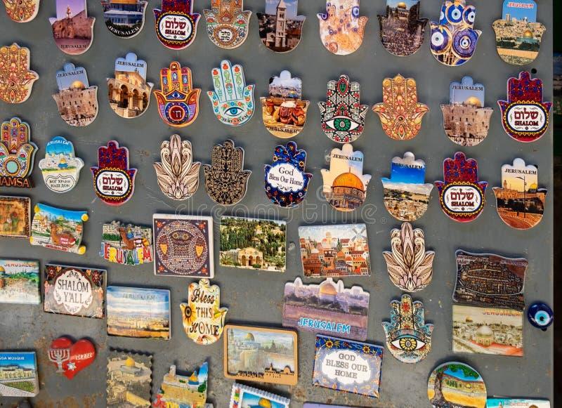 """Khamsah hamsa магнита Smali с миром """"Shalom """"и другая продажа символов Иерусалима на старом рынке городка, Иерусалиме стоковое изображение"""
