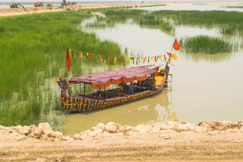 Khan Rahim yar, Punjab, 23,2019 Pakistan-Juni: een lange boot in rivierindus Pakistan royalty-vrije stock afbeeldingen