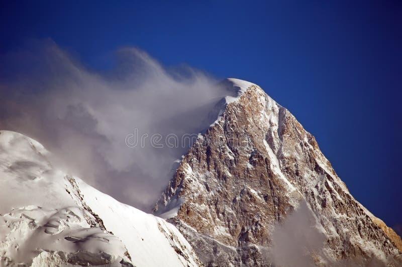Khan Tengri mit Wolke stockfotografie