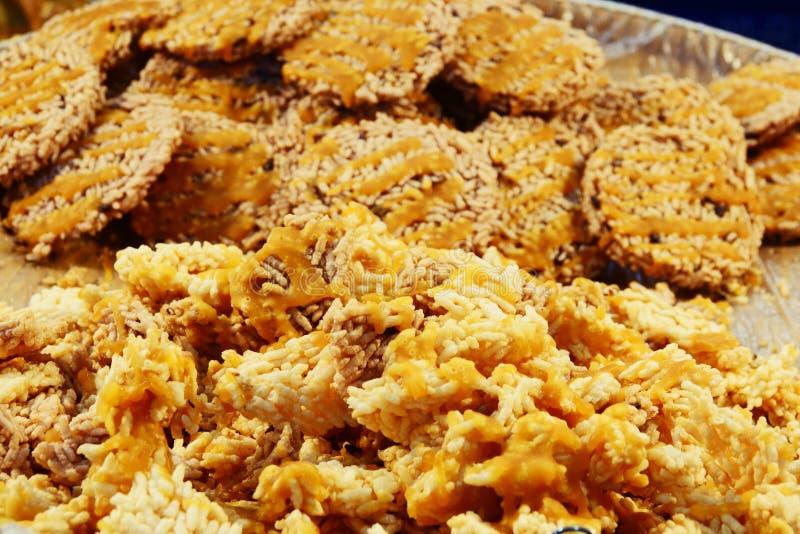 Khanom Nang a laissé, riz croustillant ou biscuit thaïlandais de riz, casse-croûte fait de riz, sec et cuit à la friteuse en huil images libres de droits