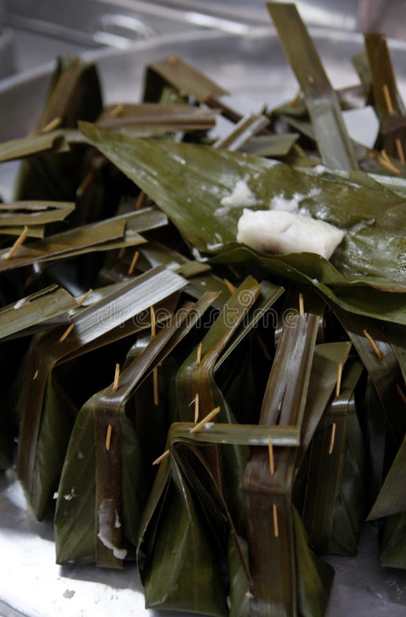 Khanom-Rasen-Sai (gedämpftes Mehl mit Kokosnuss-Füllung) stockfotos